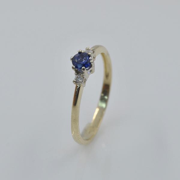Pierścionek z szafirem i brylantami - zaręczynowy